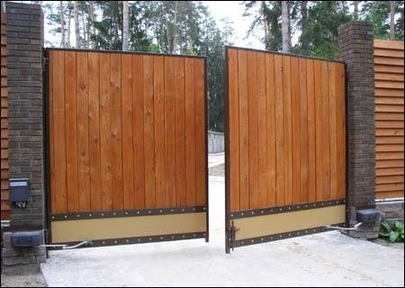Кованые распашные ворота из дерева с